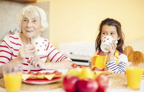 A Caregiver's Guide: Maximizing Mealtime for People With Dementia
